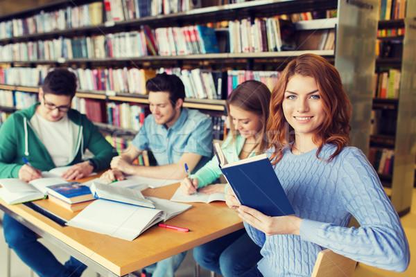 Gelukkig studenten lezing boeken bibliotheek mensen Stockfoto © dolgachov