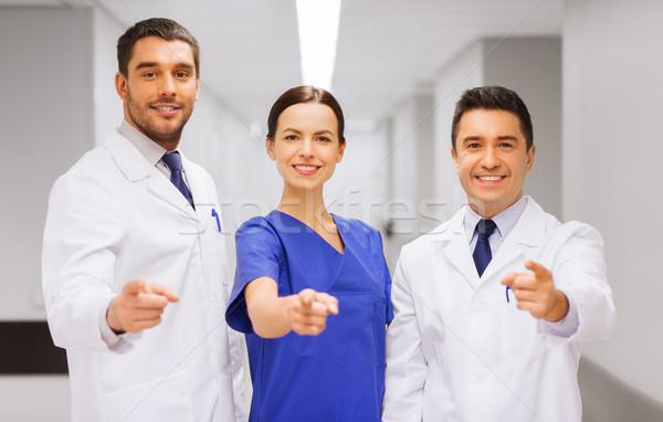 Csoport mutat ujj kórház klinika hivatás Stock fotó © dolgachov