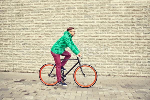 Jovem homem equitação fixo engrenagem Foto stock © dolgachov