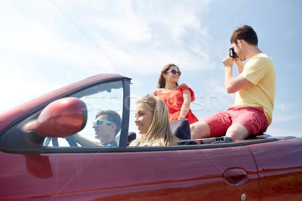Feliz amigos cámara conducción cabriolé coche Foto stock © dolgachov