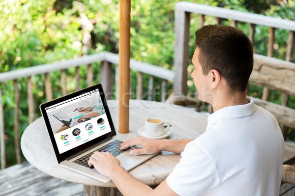 Közelkép férfi online bolt oldal laptop Stock fotó © dolgachov