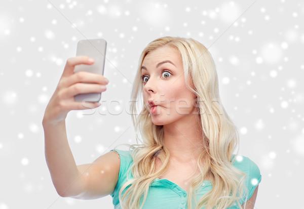 Grappig jonge vrouw smartphone technologie winter Stockfoto © dolgachov