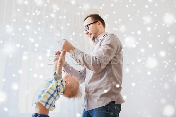 Hijo de padre jugando casa familia infancia Foto stock © dolgachov