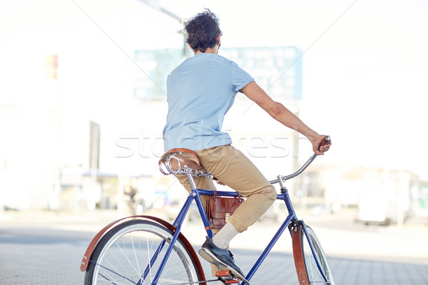 Hipszter férfi lovaglás fix viselet bicikli Stock fotó © dolgachov