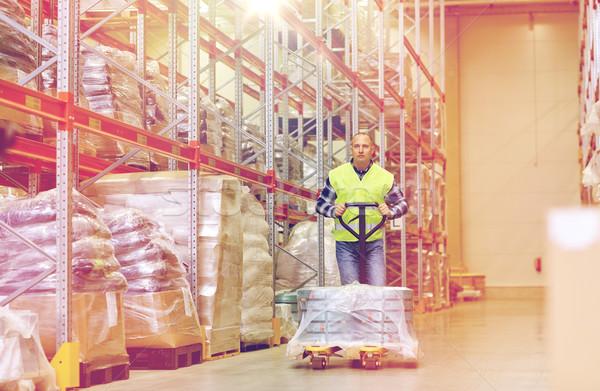Férfi hordoz áru raktár nagybani eladás szállítmány Stock fotó © dolgachov