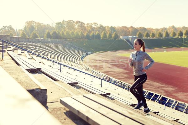 Mutlu genç kadın çalışma üst katta stadyum uygunluk Stok fotoğraf © dolgachov