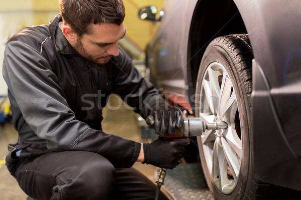Mecânico de automóveis chave de fenda carro pneu serviço reparar Foto stock © dolgachov