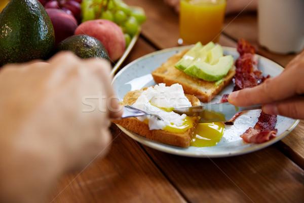 Człowiek jedzenie toast jaj boczek żywności Zdjęcia stock © dolgachov