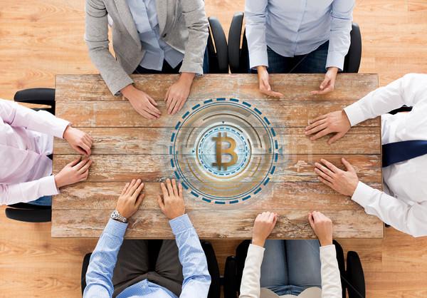 équipe commerciale table bitcoin icône affaires Finance Photo stock © dolgachov