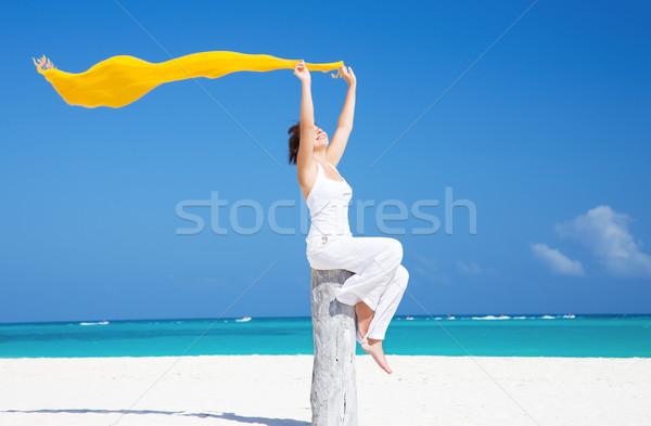 Gelukkig vrouw strand Geel meisje zee Stockfoto © dolgachov