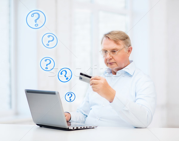 Oude man laptop creditcard home business online Stockfoto © dolgachov