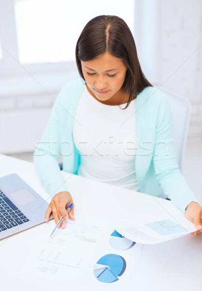 Zakenvrouw student laptop documenten business onderwijs Stockfoto © dolgachov