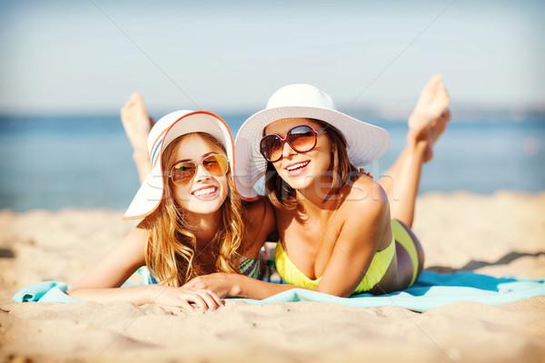 девочек солнечные ванны пляж лет праздников отпуск Сток-фото © dolgachov