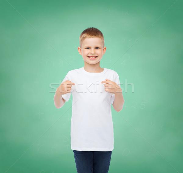 Pequeño nino blanco camiseta senalando dedo Foto stock © dolgachov