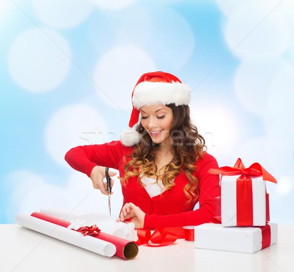 Glimlachende vrouw helper hoed geschenkdoos Stockfoto © dolgachov