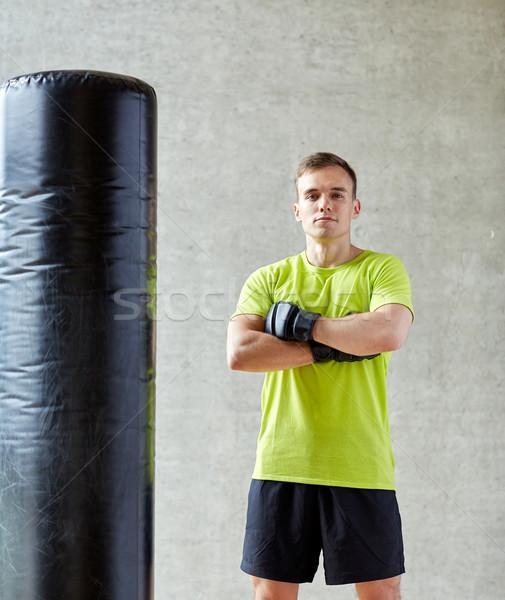 Férfi boxkesztyűk homokzsák tornaterem sport doboz Stock fotó © dolgachov