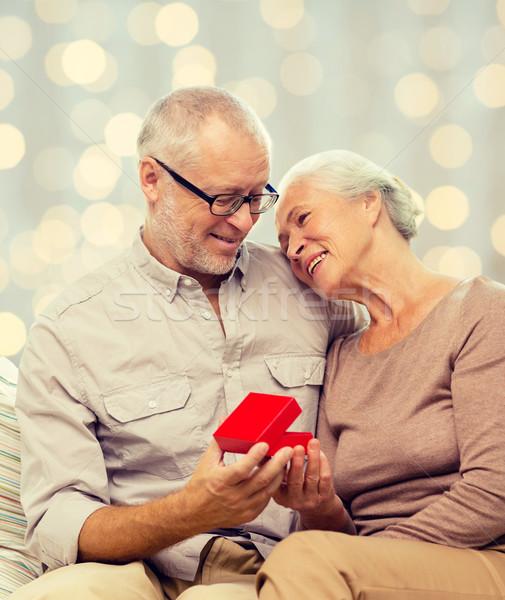 Feliz casal de idosos vermelho caixa de presente família férias Foto stock © dolgachov