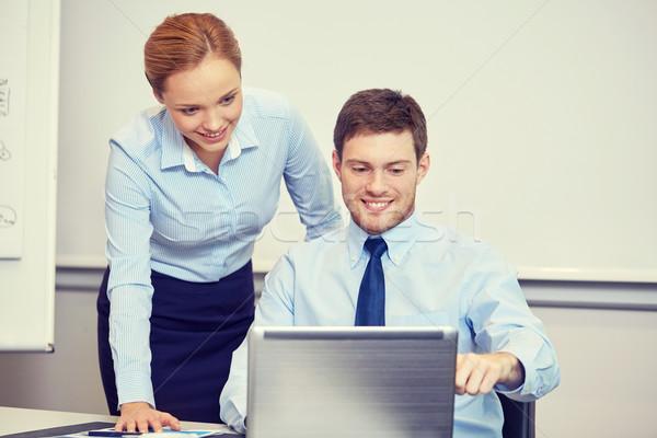 Lächelnd Geschäftsleute Laptop Büro Geschäftsleute Technologie Stock foto © dolgachov