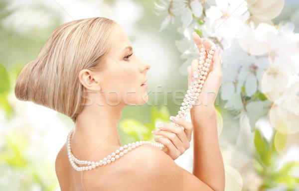 Femeie perla colier Cherry Blossom frumuseţe lux Imagine de stoc © dolgachov
