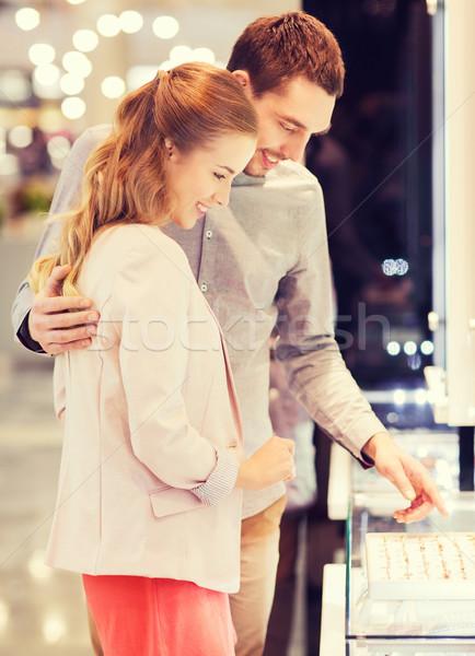Szczęśliwy para pierścionek zaręczynowy centrum sprzedaży Zdjęcia stock © dolgachov