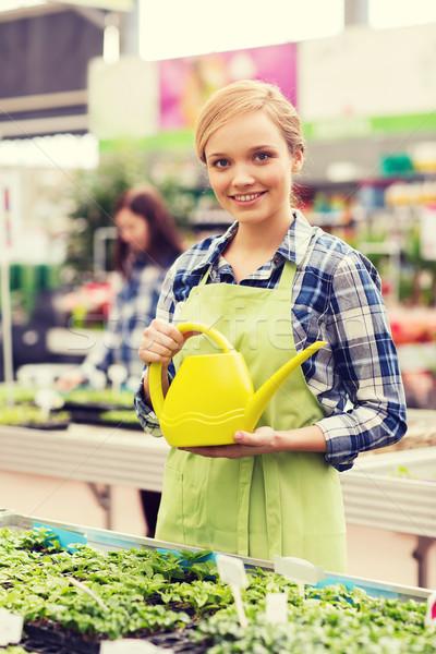 Feliz mujer regadera invernadero personas jardinería Foto stock © dolgachov