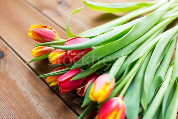 Tulipe fleurs table en bois flore jardinage Photo stock © dolgachov