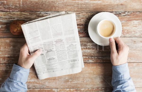 Stok fotoğraf: Erkek · eller · gazete · kahve · iş