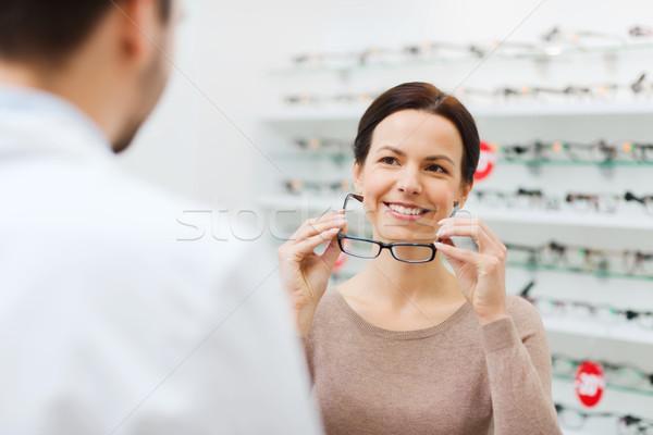 Nő választ szemüveg optika bolt egészségügy Stock fotó © dolgachov