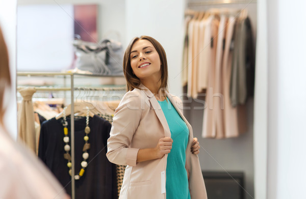 Gelukkig vrouw poseren spiegel kleding store Stockfoto © dolgachov
