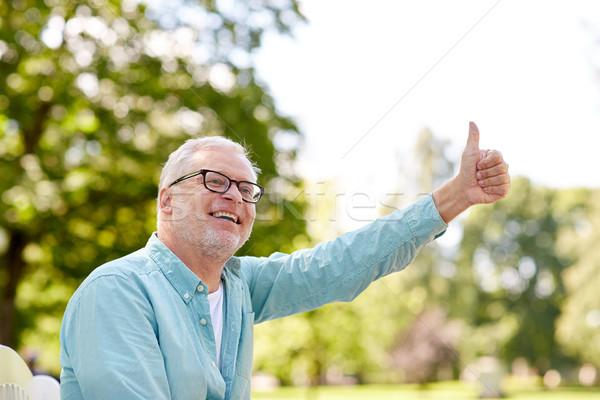 Gelukkig senior man tonen zomer Stockfoto © dolgachov