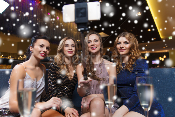 женщины смартфон ночной клуб празднования друзей Сток-фото © dolgachov