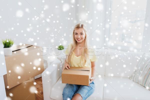 Sonriendo caja de cartón casa movimiento entrega Foto stock © dolgachov