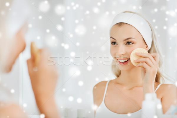 Mulher jovem lavagem cara esponja banheiro beleza Foto stock © dolgachov