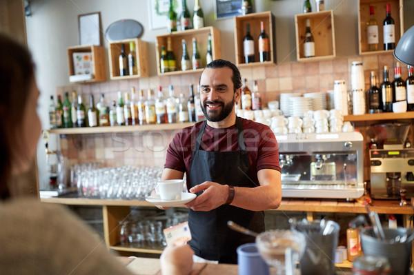 Mann Kellner Servieren Kunden Cafeteria Kleinunternehmen Stock foto © dolgachov