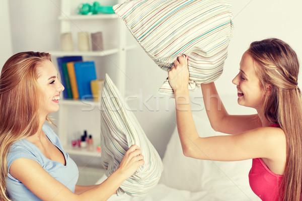 Szczęśliwy teen girl znajomych poduszki domu Zdjęcia stock © dolgachov