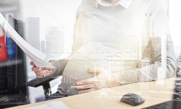 Enceintes femme d'affaires lecture papiers bureau grossesse Photo stock © dolgachov
