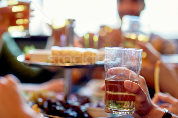 Amigos potável cerveja bar pub pessoas Foto stock © dolgachov