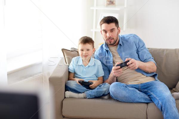 отцом сына играет видеоигра домой семьи отцовство Сток-фото © dolgachov