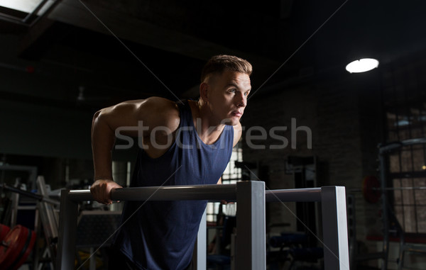 Mann Trizeps Sauce parallel Bars Fitnessstudio Stock foto © dolgachov