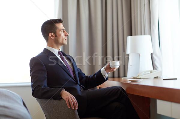 Empresário potável café quarto de hotel viagem de negócios pessoas Foto stock © dolgachov