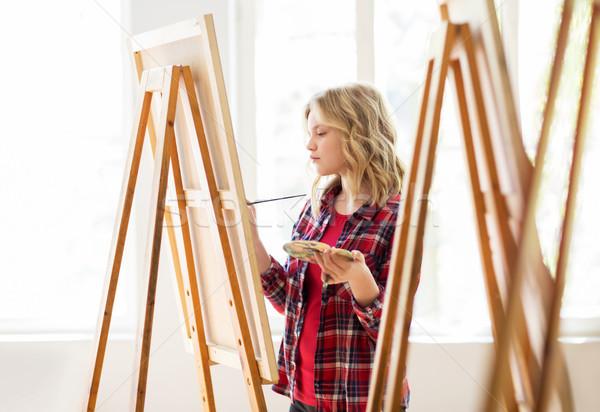 Diák lány festőállvány festmény művészet iskola Stock fotó © dolgachov