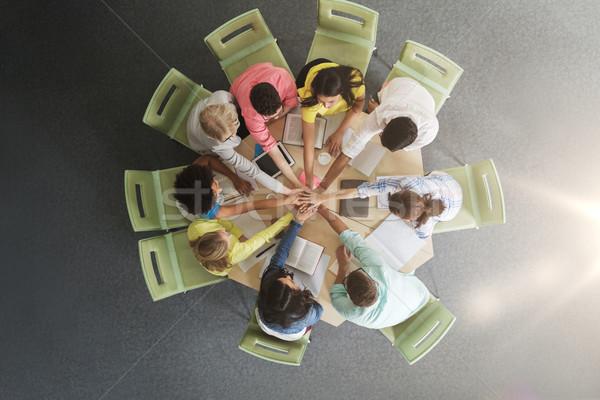 Grupy międzynarodowych studentów ręce górę edukacji Zdjęcia stock © dolgachov