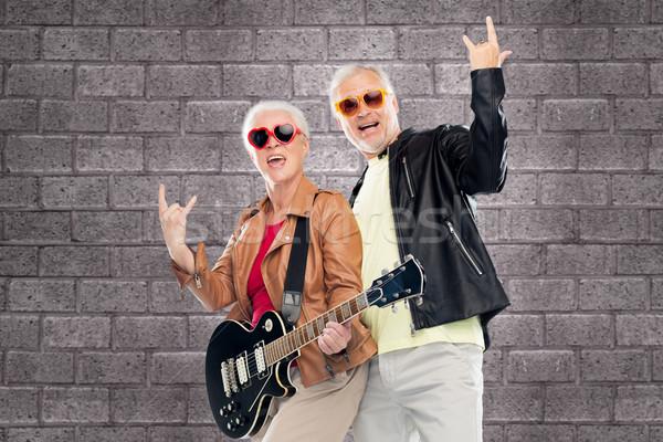 Pareja de ancianos guitarra rock muestra de la mano música Foto stock © dolgachov
