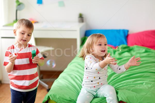 Enfants bulles de savon jouer maison enfance Photo stock © dolgachov