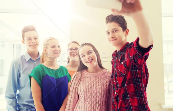 Csoport diákok elvesz okostelefon oktatás iskola Stock fotó © dolgachov