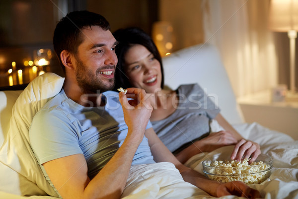 Paar popcorn kijken tv nacht home Stockfoto © dolgachov