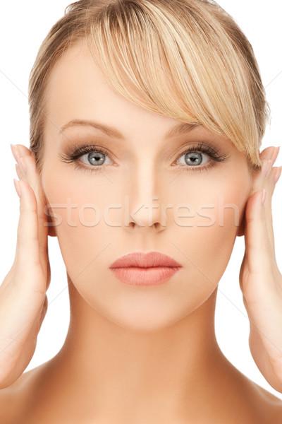 Nő kéz a kézben arc felfelé fiatal nő kezek Stock fotó © dolgachov