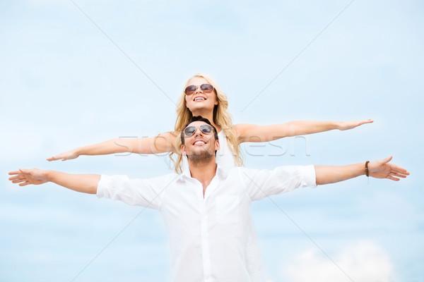 Paar holding handen omhoog zee kant zomer Stockfoto © dolgachov