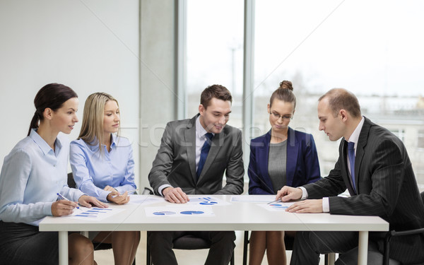 équipe commerciale documents discussion affaires bureau heureux Photo stock © dolgachov