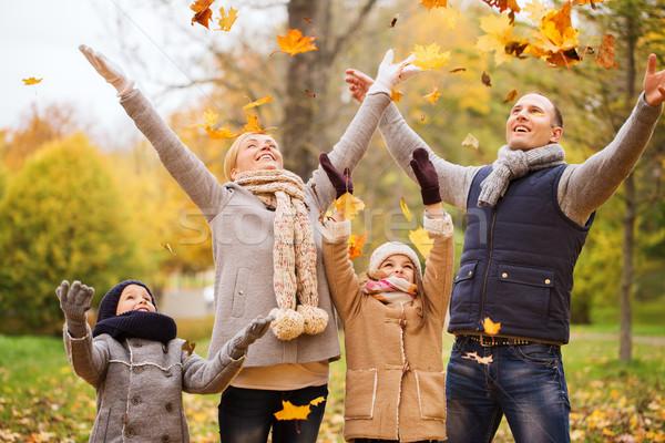 Stock foto: Glückliche · Familie · spielen · Herbstlaub · Park · Familie · Kindheit